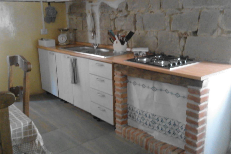 Cucina rustica in condivisione con i proprietari artisti della casa