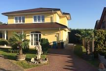 Modernes Einfamilienhaus mit Parken