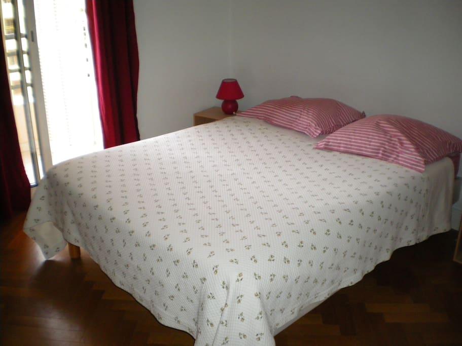 Chambre à coucher avec 1 grand lit de 2 personnes