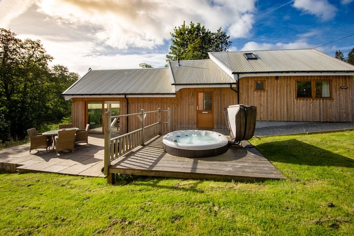 Luxury river fronted Yew Tree with private hot tub