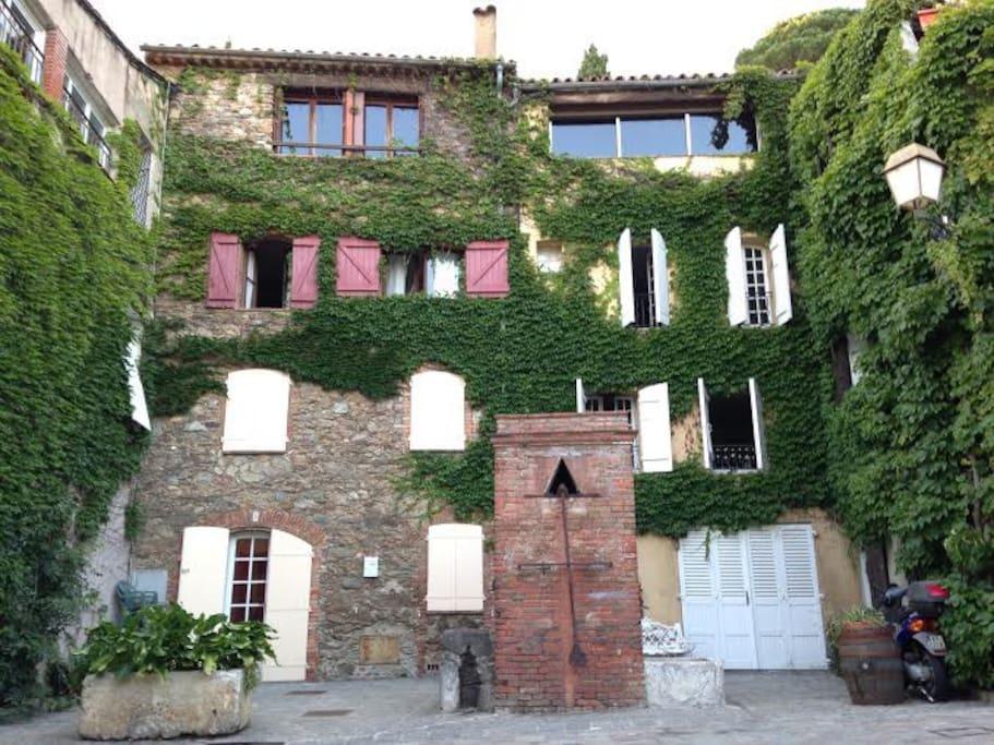 facade sud : appartement au dernier niveau, accès par la ruelle derrière la maison
