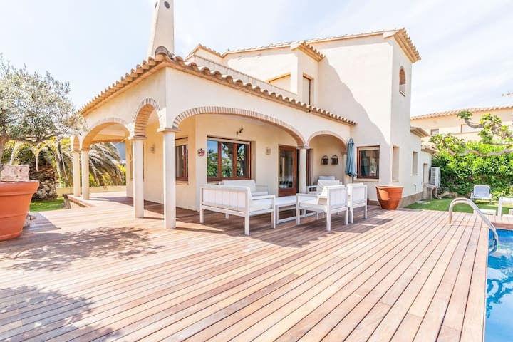 Detached villa with privated pool situated at the seafront in Sant Pere Pescador
