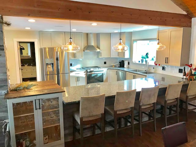 Vail mountain house! 16+ Hot Tub!  Just Remodeled!