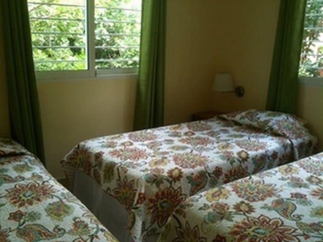 Bedroom 2 con 3 camas personales con sus almohadas
