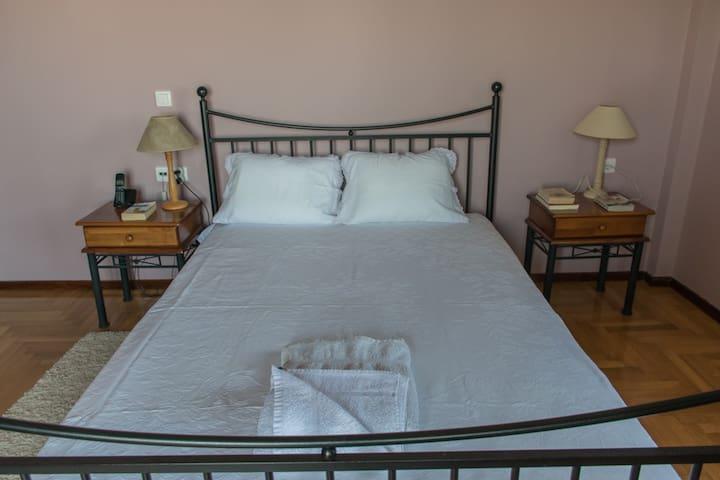 Downstairs bedroom, double bed (Bedroom 2)