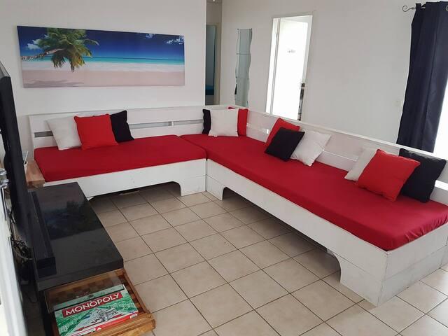 grand canapé pouvant acceuillir 2 voyageur supplmentaires (3m20 sur 2m60)