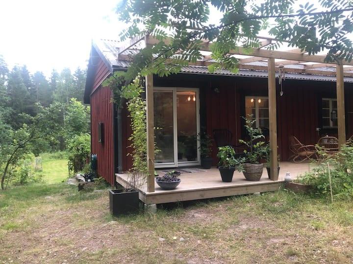 Hus med sjöutsikt i Norrtälje skärgård på lugn ö
