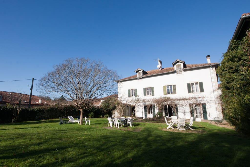 Grande maison ustaritz pays basque 20 39 de la c te for A cote de la maison
