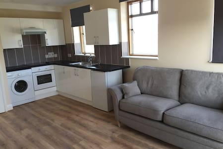 Modern apartment next to station/town centre - Oxted - 公寓