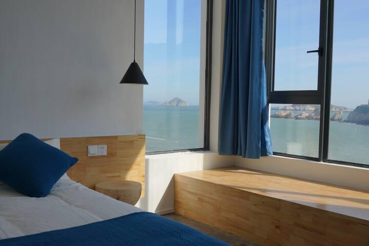花鸟岛佰客叁宿海景飘窗大床房,距离沙滩30米,荧光海季节,在房内可直接观看。