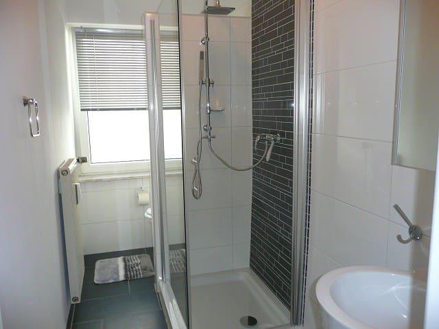 Neues, modernes Duschbad