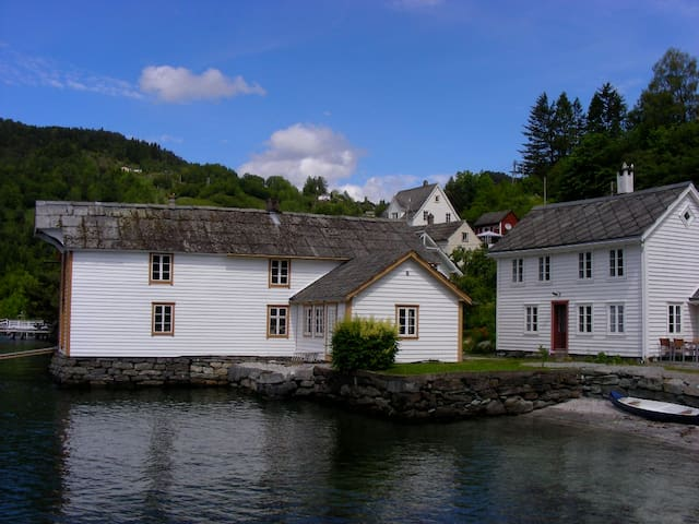 Beautiful wooden house by the fjord - Kvam - Ház