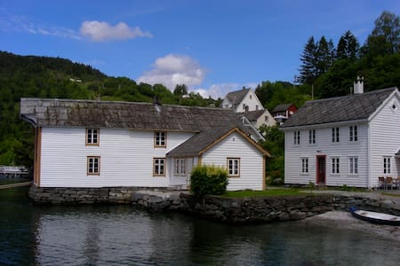 Beautiful wooden house by the fjord - Kvam - Casa