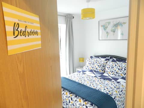 Spacious & bright bedroom with private bathroom