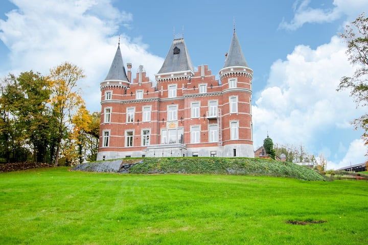 Luxurious Castle in Gesves with Fenced Garden