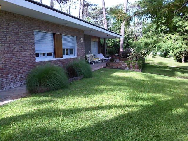 Frente de la casa en donde se pueden ver las ventas de los primeros dos dormitorios, la terraza y nuestro jardin.