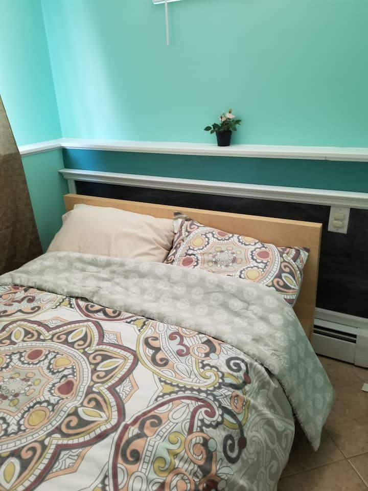 Bright Room close to NYC , free Parking and Coffee