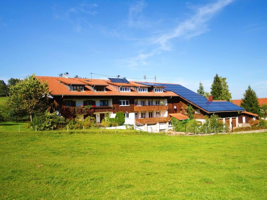 die Ferienwohnung befindet sich im Mittelteil im Dachgeschoß/ the flat is in the middel in the attic