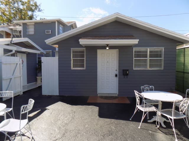 2/1 Cottage Close Drive to Downtown and Beaches!