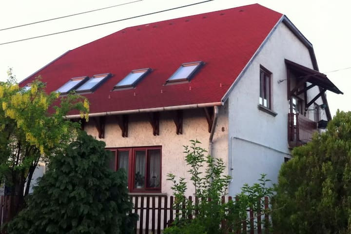 Attic rooms of a quiet detached house - Miskolc - Huis