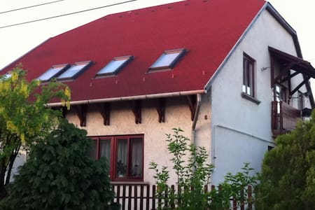 Attic rooms of a quiet detached house - Miskolc - Hus
