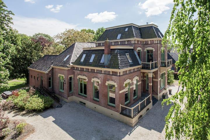 Der ehemalige Bürgermeister Haus mit Sauna, Jacuzzi und Kino in Gasselternijveen