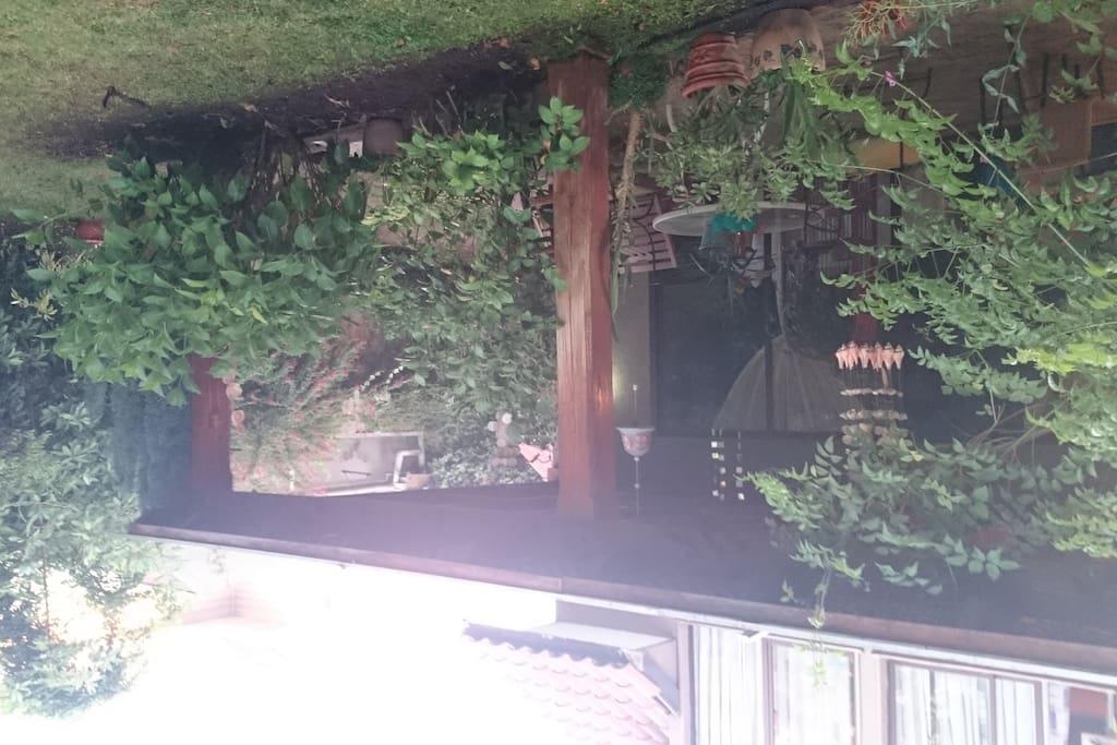 Hermosa terraza para en verano tomar desayuno o realizar asados.