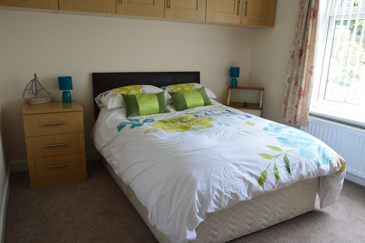 Private entrance, very spaceous bedroom, ensuite.