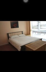 Master bedroom, great views near city centre - Edinburgh - Apartemen