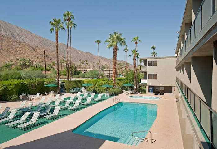 Spacious 650 sq feet Studio Spa Suite w/ king bed - Palm Springs - Bed & Breakfast