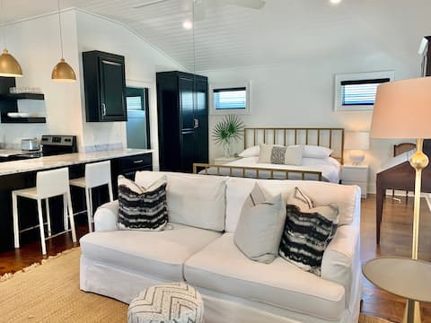 Treetops Cottage: Central to Bay and Downtown