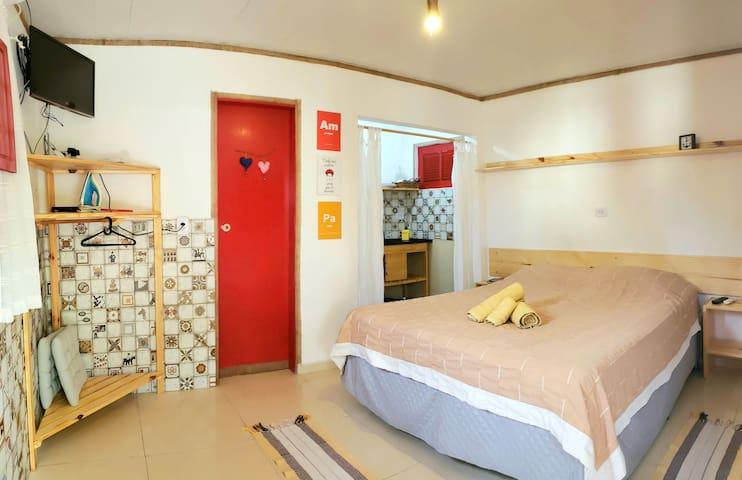 Cama queen, AC, TV com chromecast e minicozinha. Conforto e economia com localização ótima.