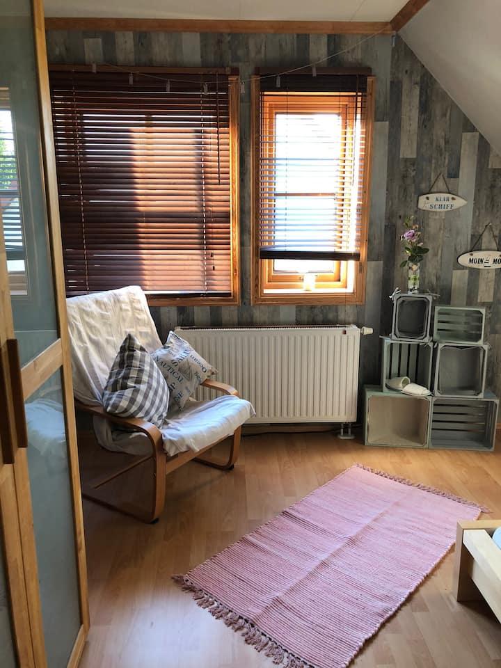 Gemütliches Landhauszimmer im Holzhaus bei Berlin