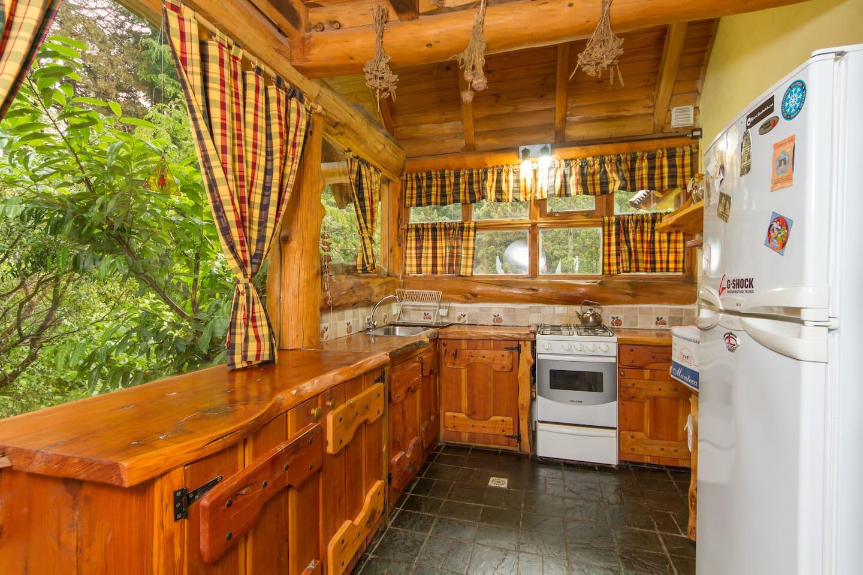 cocina: heladera con freezer,microndas,enceres. muebles de cipres.
