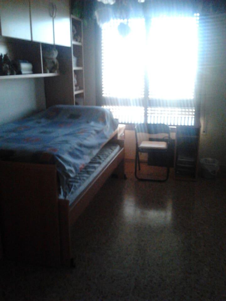 habitacion con dos camas individuales, escritorio, y armario para la ropa y mesita, con ventana.  Da a una calle bien situada, o habitación matrimonio.