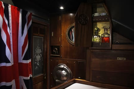 Historic ship First Officer's cabin - Londra