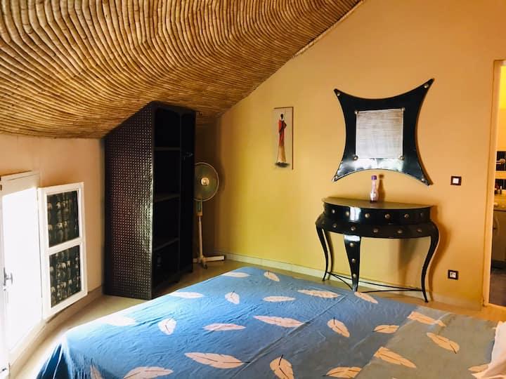 Chambre avec salle de bain dans villa ac piscine