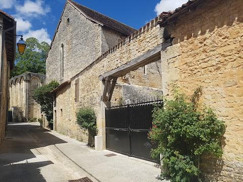 Mooi huisje met 3 slaapkamers  aan de voet van de abdij...