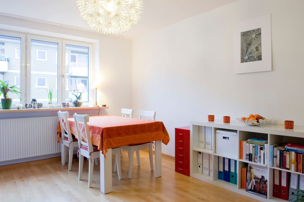 Dining room - lots of light and space. Esszimmer - sehr hell und mit viel Platz.