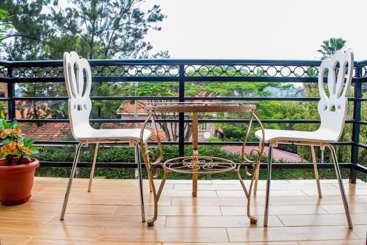 Beautiful brand new Kampala retreat with full kitchen + wifi! Amazing location!