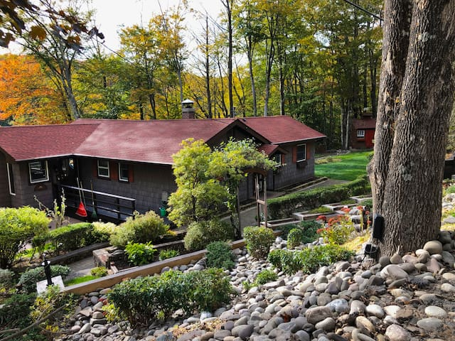 Catskills cabin with fireplace and lake view