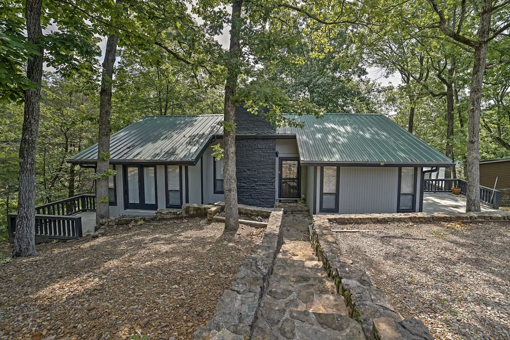 Located right on the Tennessee River, this property's location is unbeatable!