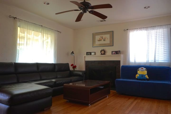 Comfy Queen Bedroom in East Bay w/ WiFi & parking - San Leandro - Huis