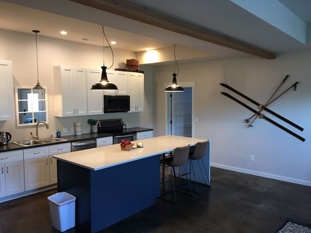 Newly built modern home minutes from mission ridge