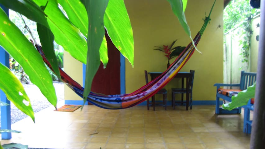 Casa Mango: AffordableTropical Home - Playa Chiquita - Hus