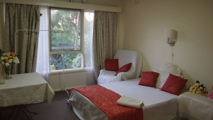 LOVELY ROOM - Blackburn South