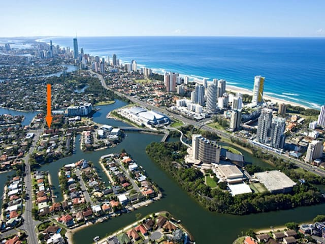BROADBEACH - RIGHT ON YOUR DOORSTEP - Broadbeach Waters - Huoneisto