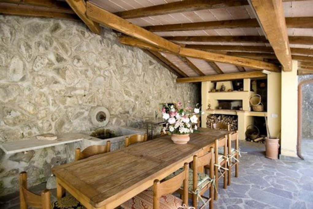 spacious furnished veranda, ideal for outdoor lunches, a wood oven, a BBQ and a fountain from which you can drink the fresh spring water of Ortale./piazzale con forno a legna, BBQ e acqua di sorgente