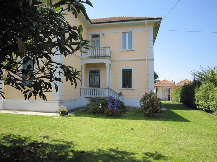Villa de dos pisos con jardín zona Lago Maggire