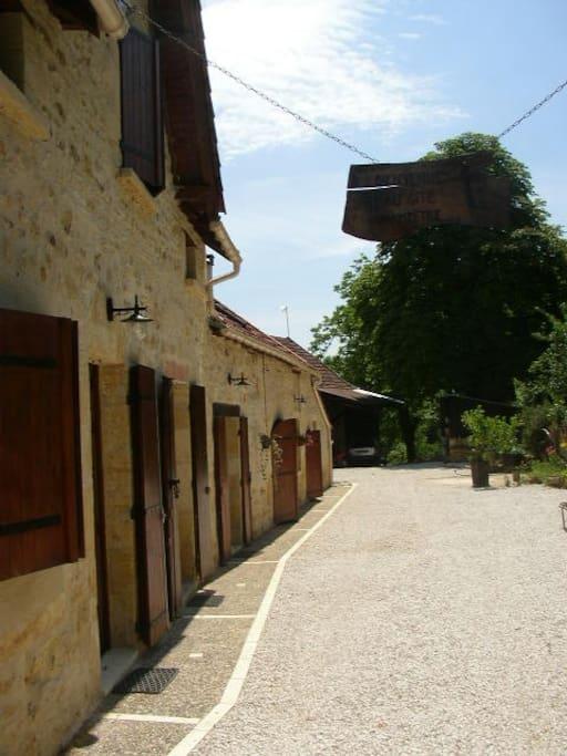 Cette ancienne ferme est divisée en deux logements. La partie droite, apparaissant sur cette photo est le logement à louer.